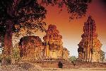 Visit the impressive Angkor temple Khao Phra Wihan (Preah Vihear in Khmer) on the border of Thailand and Cambodia